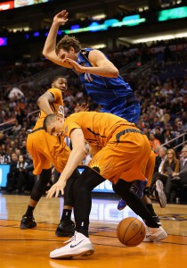 Erbitterter Kampf: Dirk und seine Mavs kämpfen mit Phoenix um die Playoffs.