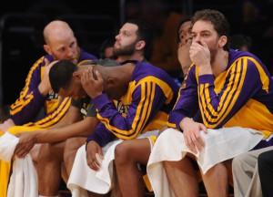 Ein Bild, das Bände spricht: Die Bank der Lakers während der historischen Klatsche gegen den Stadtrivalen.