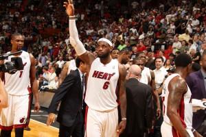 Lässt sich von der Menge feiern: LeBron James nach seiner 61-Punkte-Gala.