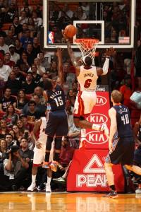LeBron auf dem Weg zu zweien seiner 61 Punkte – übrigens ein neues Career-High für den zweifachen Finals-MVP.