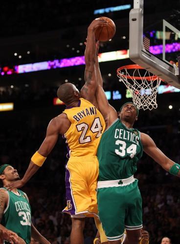 NBA Finals 2010 Game 7: Kobe nimmt Pierce mit aufs Poster.