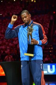 Als Kevin Durant vor Beginn der zweiten Partie gegen die Clippers die MVP-Trophy erhielt herrshte Gänsehautatmosphäre.