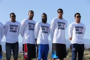 Für Paul George tragen die US-Spieler diese speziellen Shirts. (Foto: Getty Images)