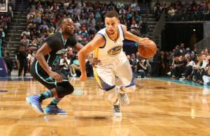 Steph Curry von den Golden State Warriors zieht mit Ball an seinem Gegenspieler vorbei.