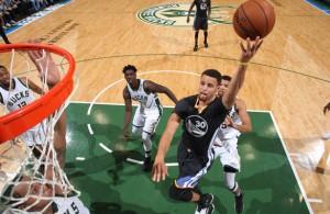 Stephen Curry von den Golden State Warriors wirft den Ball in der Partie gegen die Milwaukee Bucks auf den Korb.