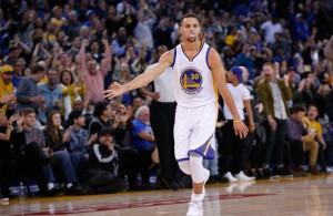 Stephen Curry von den Golden State Warriors freut sich im Spiel gegen die Kings über einen erfolgreichen Wurf.