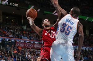 Die NBA-Stars DeMar DeRozan und Kevin Durant im direkten Duell unter dem Korb.