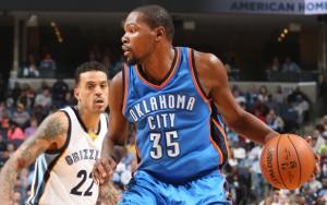 Kevin Durant von den Oklahoma Ciuty Thunder dribbelt mit Ball an einem Gegenspieler vorbei.