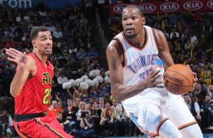 Kevin Durant zieht mit Ball an seinem Gegenspieler vorbei.