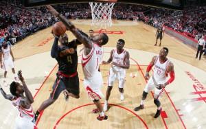 Paul Millsap von den Atlanta Hawks versucht, gegen die Verteidiger der Houston Rockets zum Korberfolg zu kommen.