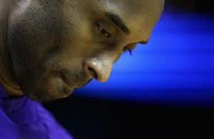 Kobe Bryant hört vor der Partie der Charlotte Hornets gegen die Los Angeles Lakers die Nationalhymne.