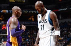 Kobe Bryant und Kevin Garnett stehen nebeneinander.