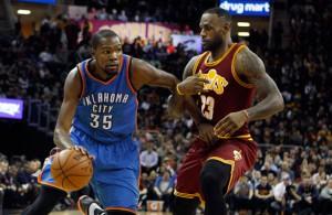 Kevin Durant zieht mit dem Ball an Gegenspieler LeBron James vorbei.