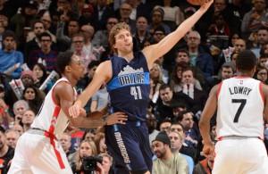 Dirk Nowitzki von den Dallas Mavericks kontrolliert den Ball gegen die Verteidigung der Toronto Raptors.