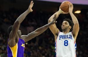 Jahlil Okafor mit einem Sprungwurf gegen die Los Angeles Lakers.