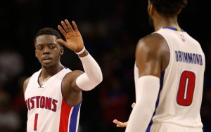 Reggie Jackson und Andre Drummond von den Detroit Pistons klatschen ab.