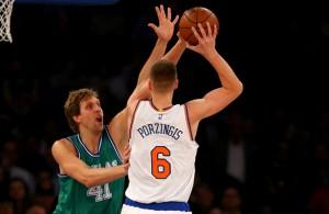 Kristaps Porzingis mit einem Wurf gegen Dirk Nowitzki von den Dallas Mavericks.