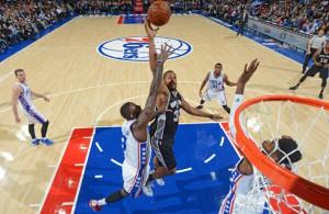 Boris Diaw von den Spurs wirft im Spiel gegen die Philadelphia 76ers auf den Korb.