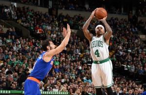 Isaiah Thomas von den Boston Celtics wirft über seinen Gegenspieler von den New York Knicks.