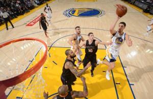 Klay Thompson von den Golden State Warriors steigt gegen die Phoenix Suns zum Wurf hoch. zu