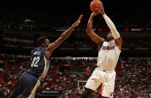 Dwyane Wade von den Miami Heat wirft über seinen Gegenspieler.