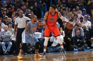 Russell Westbrook von den Oklahoma City Thunder dribbelt gegen Jameer Nelson von den Denver Nuggets.