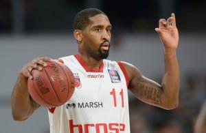 Brad Wanamaker von den Brose Baskets Bamberg führt den Ball und gibt Anweisungen.