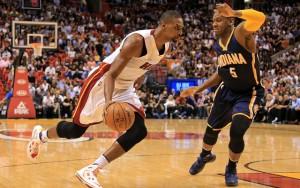 Chris Bosh von den Miami Heat zieht mit Ball an seinem Gegenspieler von den Indiana Pacers vorbei.