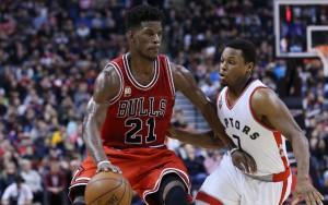Jimmy Butler von den Chicago Bulls zieht mit Ball an seinem Gegenspieler von den Toronto Raptors.