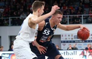 Basketball-Talent Isaiah Hartenstein dribbelt mit dem Ball in der Hand in Richtung Korb.
