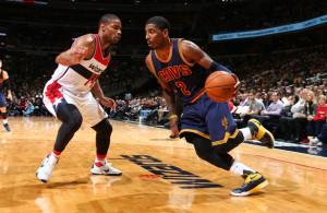 Kyrie Irving von den Cleveland Cavaliers dribbelt an einem Gegenspieler der Washington Wizards vorbei.