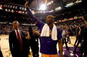 Kobe Bryant verabschiedet sich von den Fans in Sacramento bei seinem letzten Spiel in der dortigen Arena.