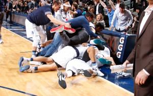 Die Dallas Mavericks feiern den Sieg in der zweiten Overtime gegen die Sacramento Kings.