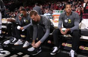 Die Spieler der Portland Trail Blazers sitzen vor dem Aufwärmen gemeinsam auf der Bank.