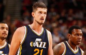 Tibor Pleiß verlässt mit seinen Teamkollegen der Utah Jazz den Court.