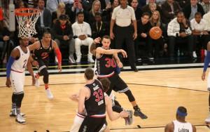 Steph Curry passt den Ball im All Star Game auf einen Mannschaftskollegen.