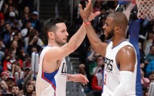 Chris Paul und JJ Reddick klatschen nach einem gelungenen Spielzug der Los Angeles Clippers ab.