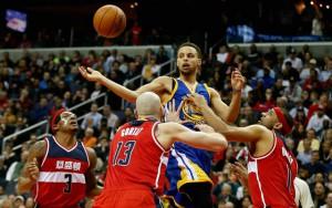 Steph Curry von den Golden State Warriors wird von drei Gegenspielern der Washington Wizards attackiert.