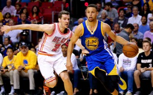 Steph Curry von den Golden State Warriors zieht mit dem Ball in der Hand an Gegenspieler Goran Dragic vorbei.
