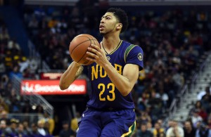 Anthony Davis von den New Orleans Pelicans wirft gegen die Detroit Pistons auf den Korb.