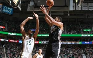 Tim Duncan von den San Antonio Spurs wirft im Spiel gegen die Utah Jazz auf den Korb.