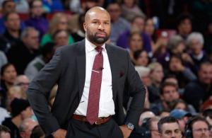 Derek Fisher, Trainer der New York Knicks, beobachtet das Spiel seiner Mannschaft in der NBA.