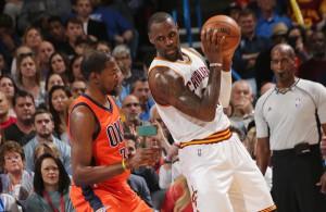 LeBron James von den Cleveland Cavaliers im Duell mit Kevin Durant, Superstar der Oklahoma City Thunder.