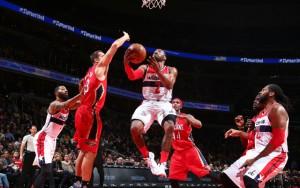 John Wall von den Washington Wizards wirft gegen die New Orleans Pelicans auf den Korb.