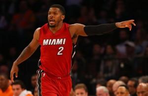 Joe Johnson, Neuzugang der Miami Heat, gibt bei seinem ersten Spiel gegen die New York Knicks Anweisungen.