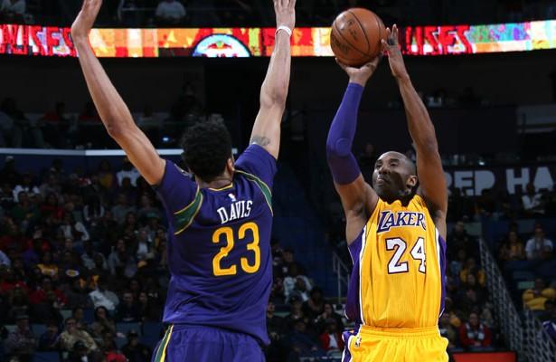 Kobe Bryant von den Los Angeles Lakers wirft über Gegenspieler Anthony Davis (Pelicans) hinweg.