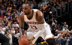 LeBron James dribbelt im Spiel seiner Cleveland Cavaliers gegen die Sacramento Kings auf seinen Gegenspieler zu.