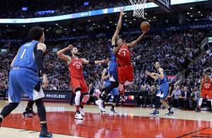 Kyle Lowry von den Toronto Raptors setzt im Spiel gegen die Timberwolves zu einem Korbleger an.