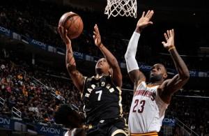 Kyle Lowry von den Toronto Raptors kommt gegen LeBron James von den Cleveland Cavaliers zum Korbleger.