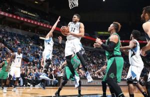 Karl-Anthony Towns von den Minnesota Timberwolves holt sich im Spiel gegen die Boston Celtics einen Rebound.